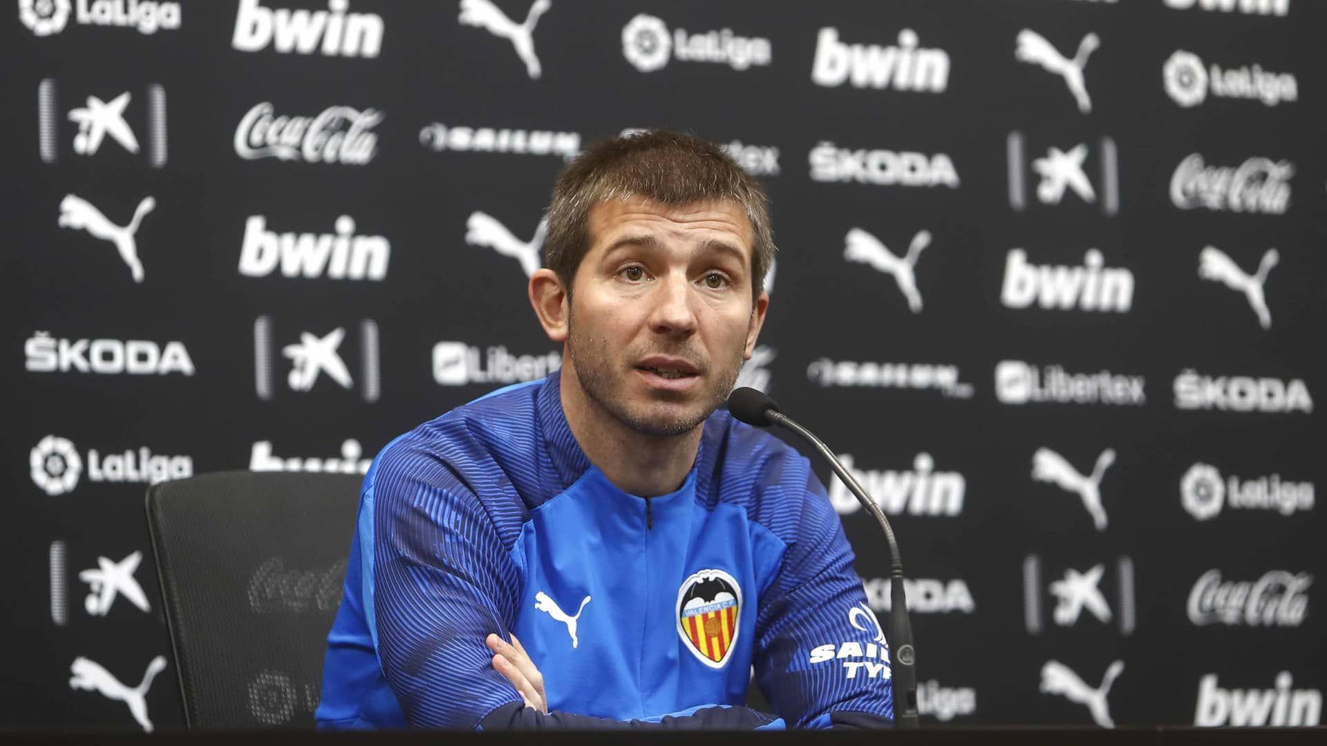 مدرب فالنسيا يُعلق على مفاوضات برشلونة مع رودريغو