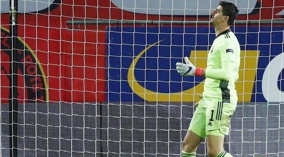 سخرية من نجم ريالم مدريد.. كورتوا يسقط في خطأ فادح