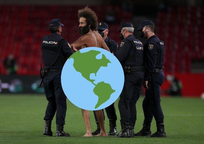 مشجع يقتحم مباراة مانشستر يونايتد وغرناطة عاريا